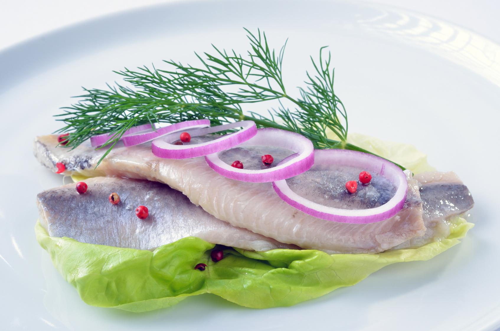 Salzheringe auf Salatblatt